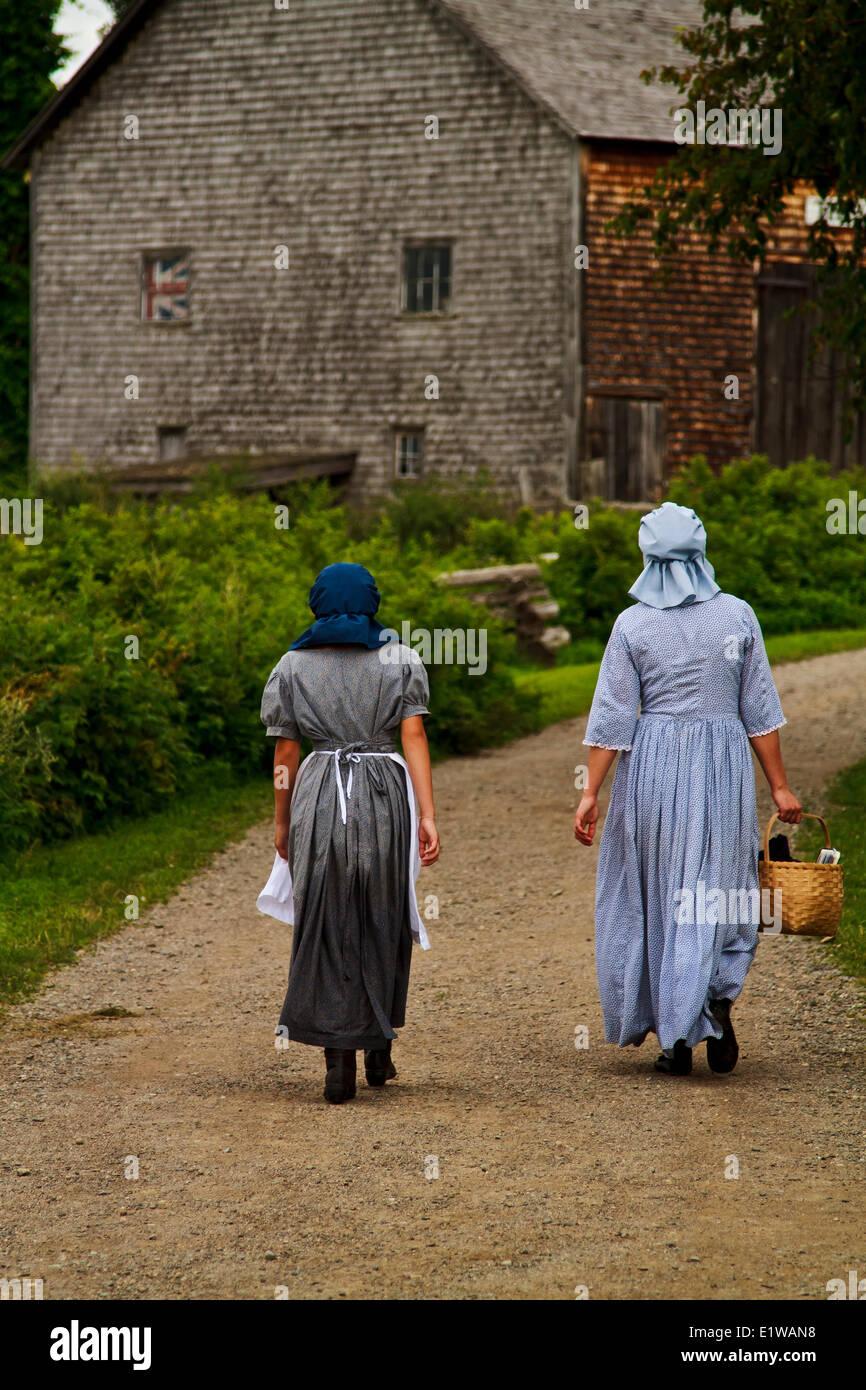 Mädchen in alten altmodischen Clothingat Kings Landing, New Brunswick, Kanada Stockbild