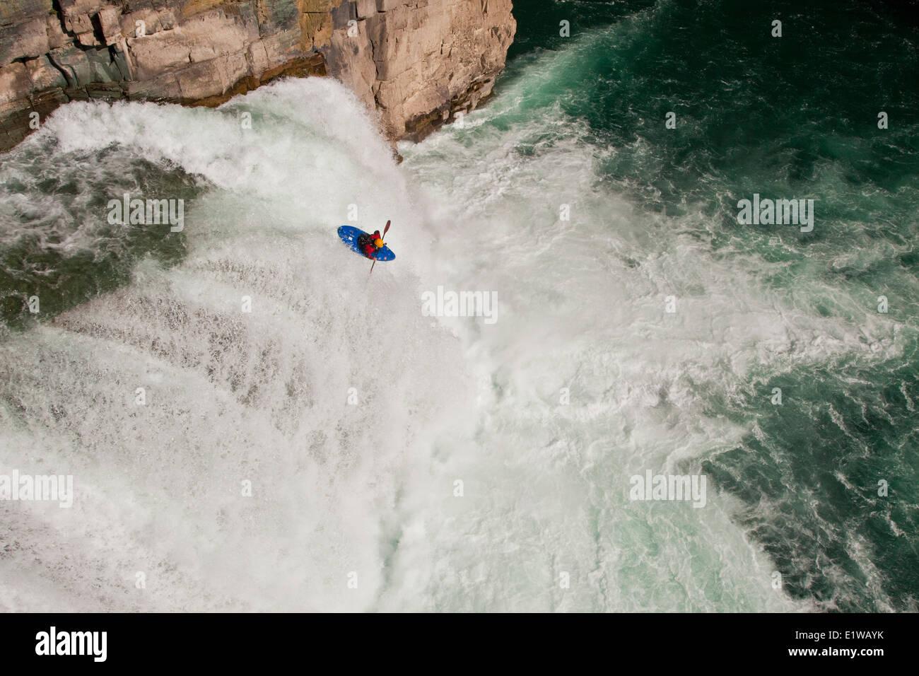 Eine männliche Kajakfahrer läuft Sprung des Glaubens, ein 30 Fuß Wasserfall auf dem oberen Elk River, Stockbild