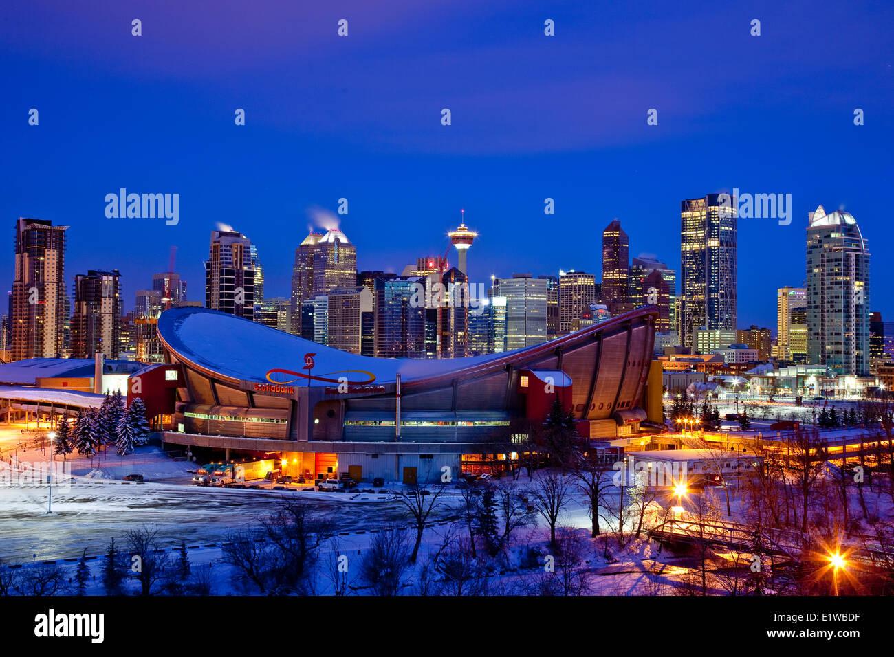 Skyline von Calgary in der Nacht im Winter mit Scotiabank Saddledome in Vordergrund, Calgary, Alberta, Kanada. Stockbild