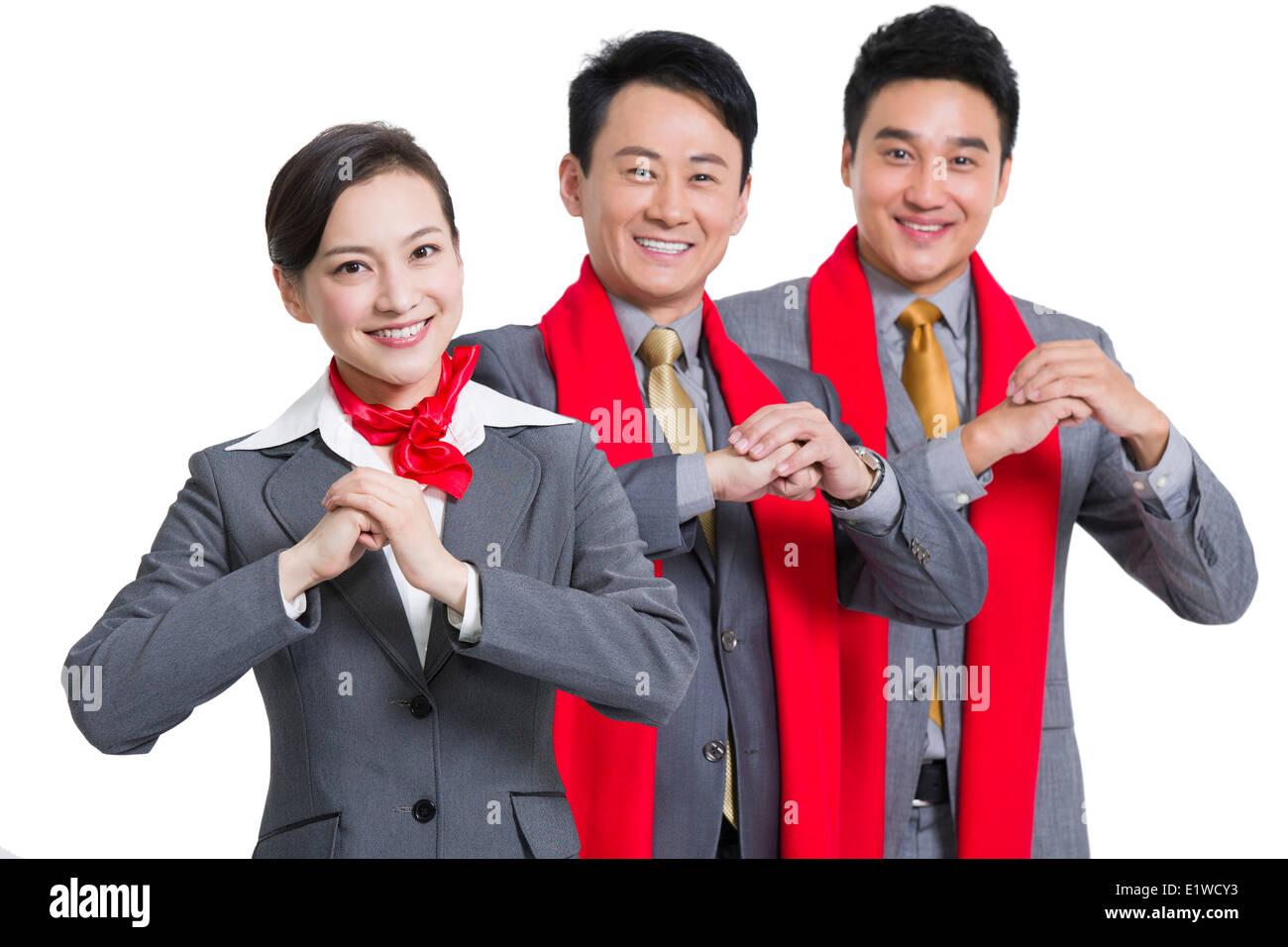 Fröhliche Geschäftsleute bietet traditionelle chinesische neues Jahr ...