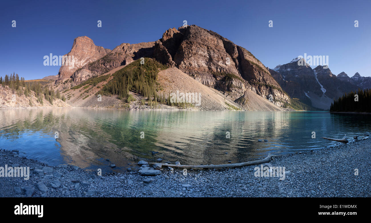 Moraine Lake im Tal der Ten Peaks Lakeshore Trail in Banff Nationalpark Alberta Kanada (gespleißt Digital Panorama) Stockfoto