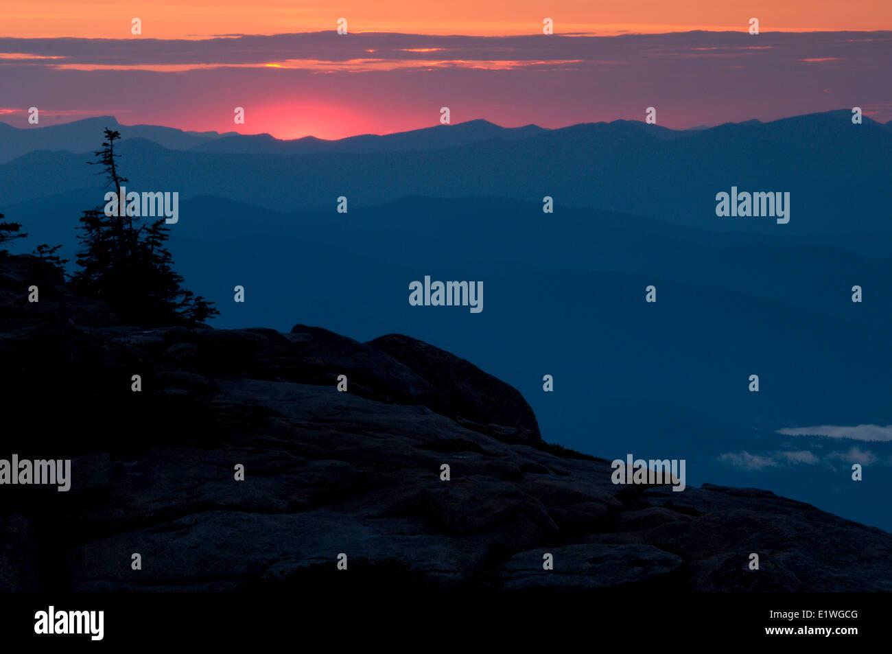 Sonnenuntergang über den südlichen Selkirk Mountains an der Grenze Idaho/Washington glüht Stockbild