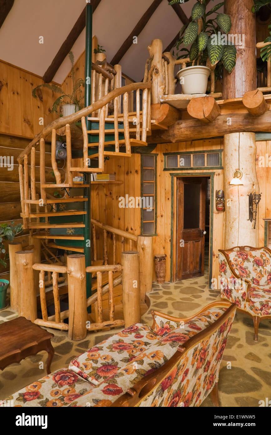 Spiralförmigen Treppe Im Wohnzimmer Im Rustikalen Landhausstil Wohnen  Melden Sie Sich Zu Hause Quebec Kanada. Dieses Bild Ist