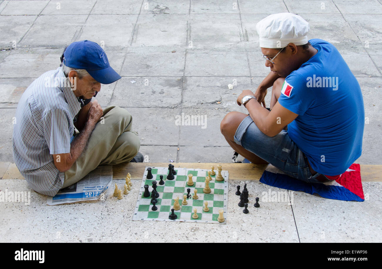 Beliebte kubanische Freizeitbeschäftigung, Schach auf der Straße, Havanna, Kuba Stockbild