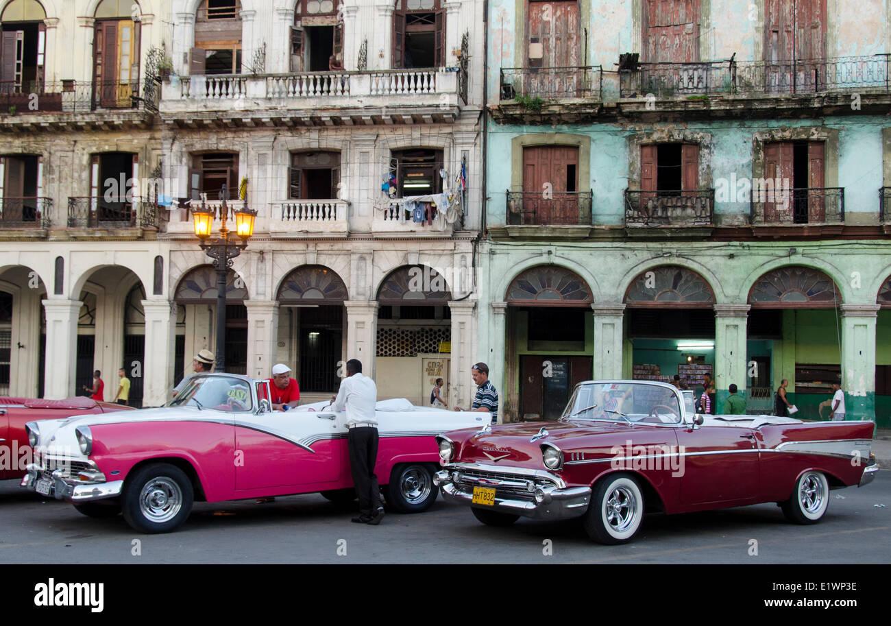 Amerikanische Oldtimer und alte Fassaden, Havanna, Kuba Stockbild