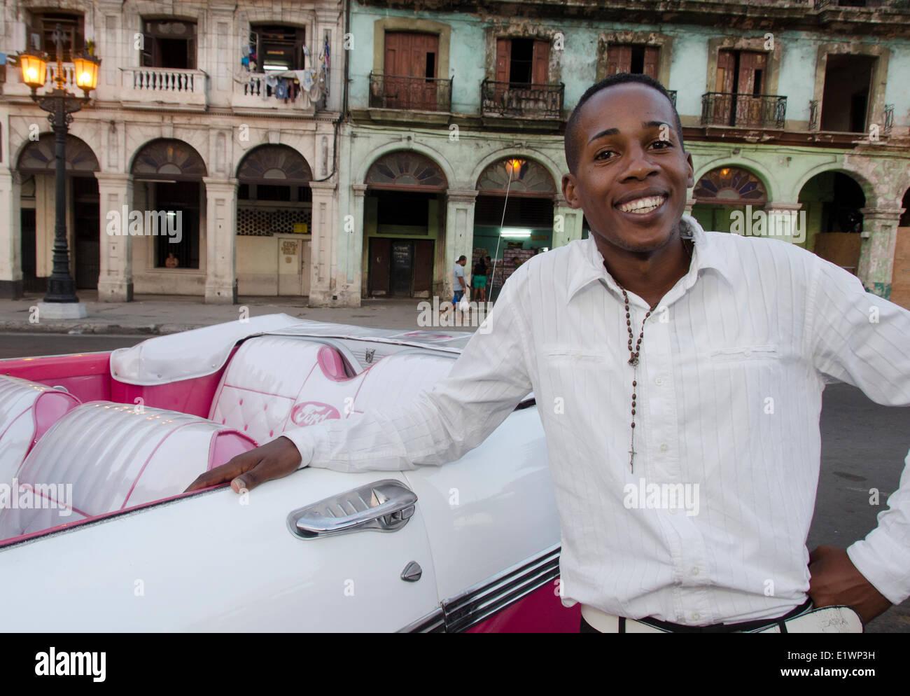 Fahranfänger kubanische und amerikanische Oldtimer und alte Fassaden, Havanna, CubaHavana, Kuba Stockbild