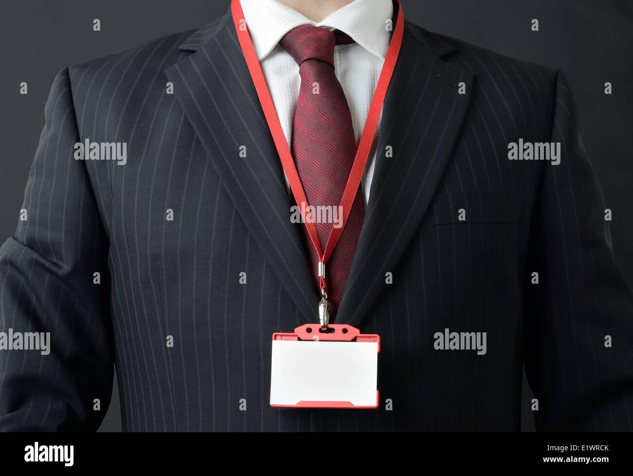 Mann im Anzug zeigt Id oder Name badge Stockfoto