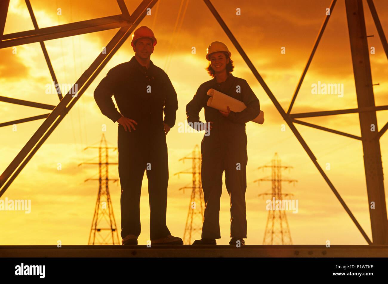 Arbeitnehmer auf eine elektrische Turm, Pylon, Manitoba, Kanada Stockbild