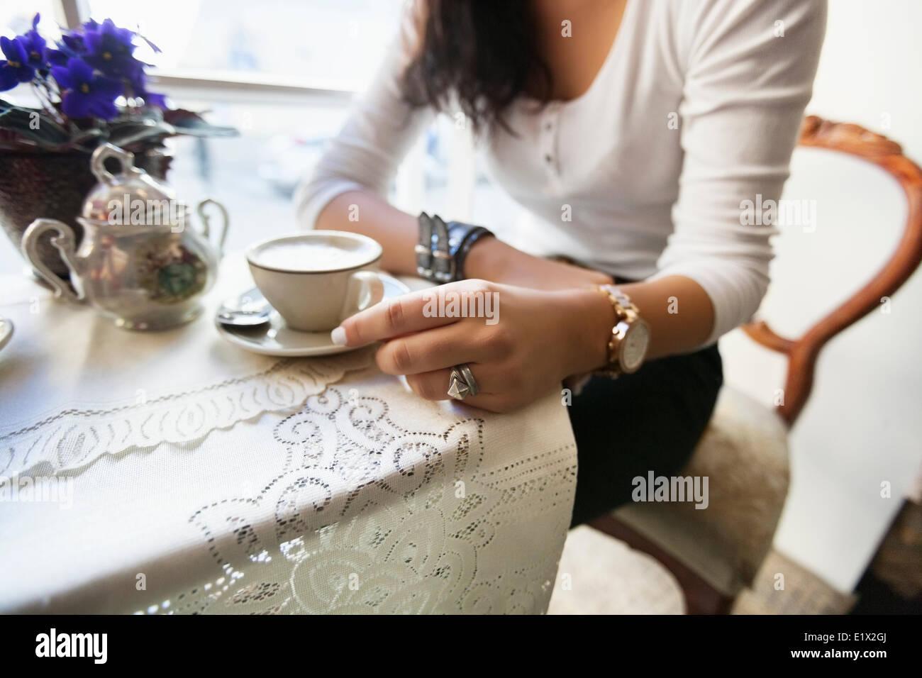 Mittelteil der Frau, die Kaffee im café Stockbild