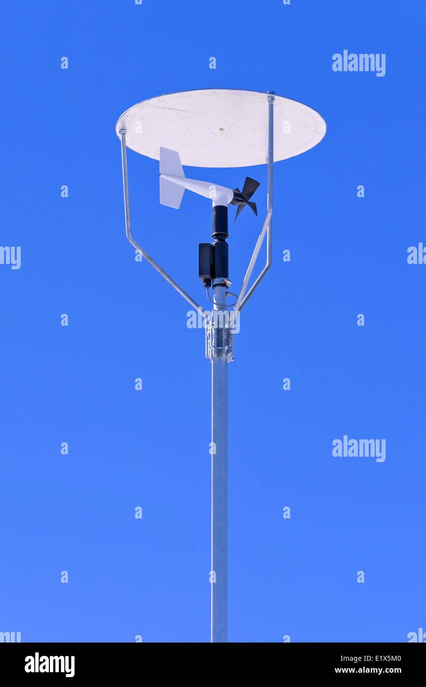 Windmühle Stil Anemometer mit einem Baldachin auf blauen Himmel Stockbild