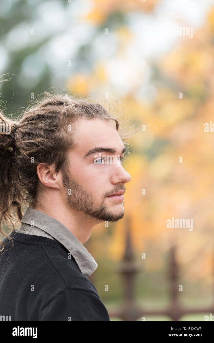 Porträt eines jungen Mannes im freien Stockbild