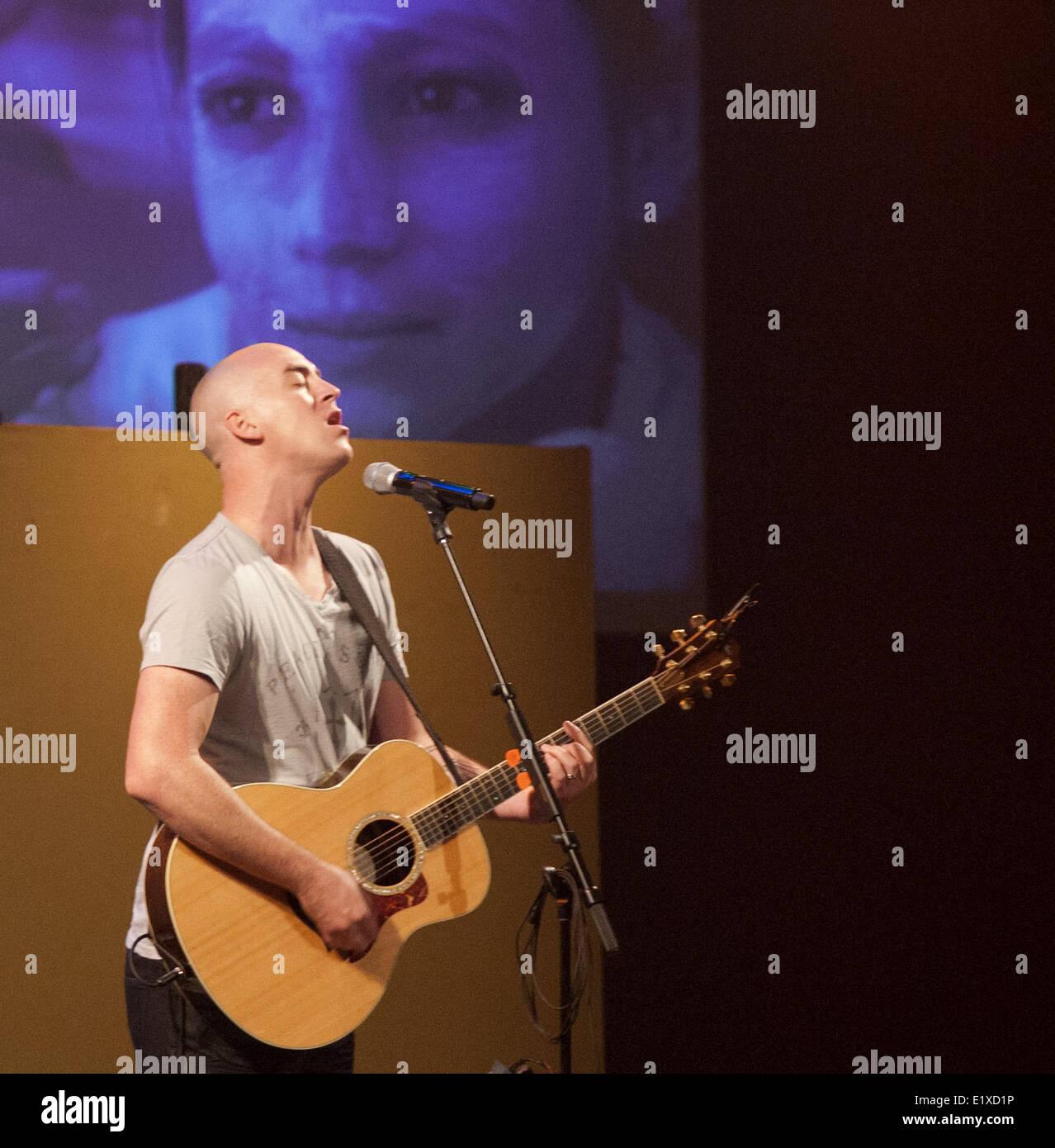 28. Juni 2013 - Dana Point/Capistrano Beach, Kalifornien, US - Singer-Songwriter Tyrone Wells führt über Stockbild
