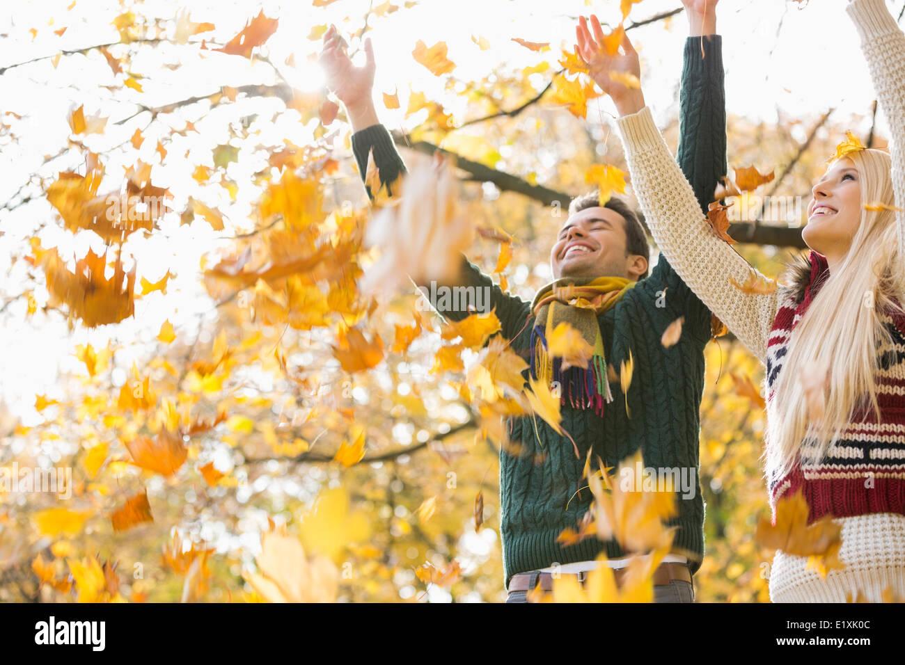 Junges Paar Herbstblätter genießen fallende im park Stockbild