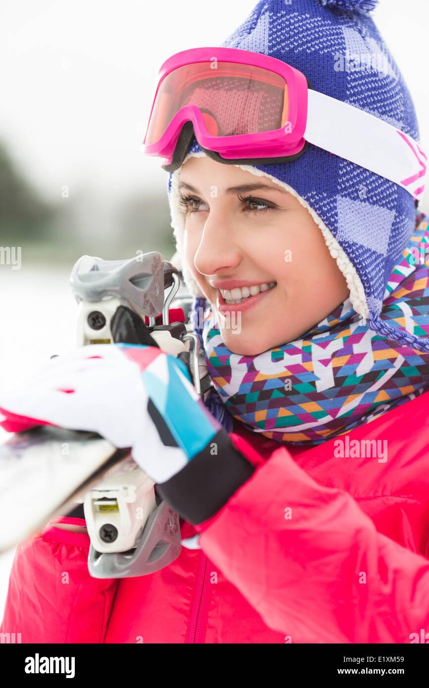 Schöne junge Frau mit Skiern im freien Stockbild