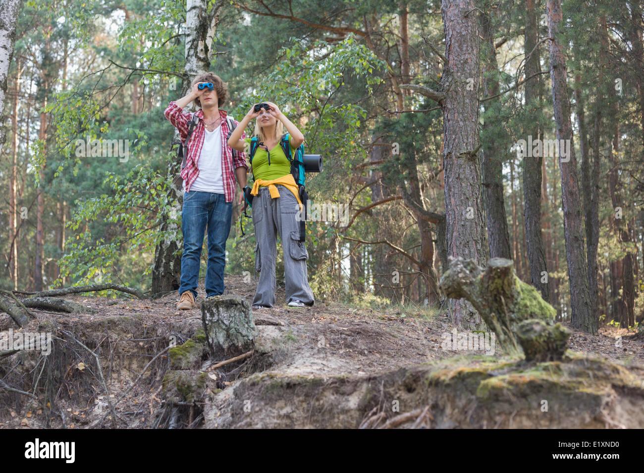Wandern paar mit dem fernglas im wald stockfoto bild