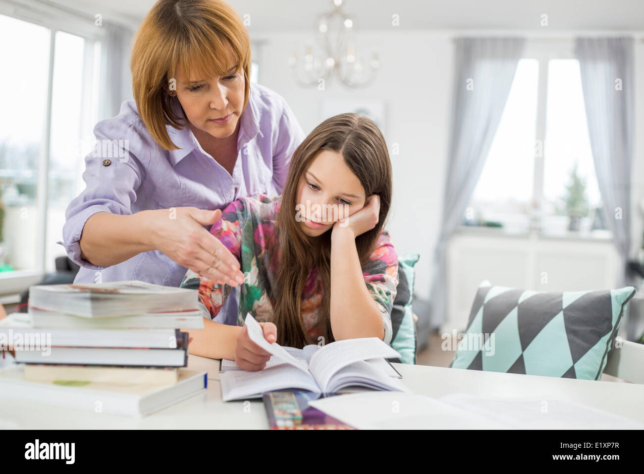 Studium zu Hause gelangweilt Mädchen bei Mutter Stockfoto, Bild ...