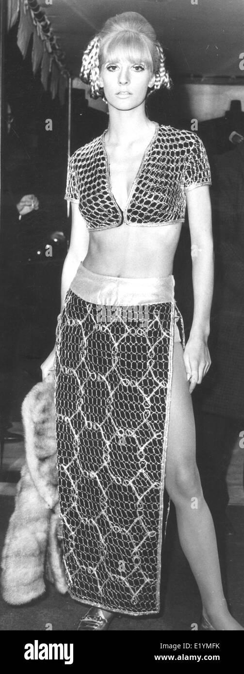"""London, UK, UK. 14. April 1967. Model, Schauspielerin VICKI HODGE bei der Filmpremiere von """"Casino Royale"""" im Odeon am Leicester Square. Geboren 17. Oktober 1946, ist Hodges bekannt für den Mann, der nicht konnte Get Enough (1974), The Stud (1974) und The Tomcat (1968). Sie war die Freundin von Schauspieler/Gangster John Bindon von 1968 bis 1981. Sie ist die Tante von Jodie und Jemma Kidd. © KEYSTONE Pictures/ZUMAPRESS.com/Alamy Live-Nachrichten Stockfoto"""