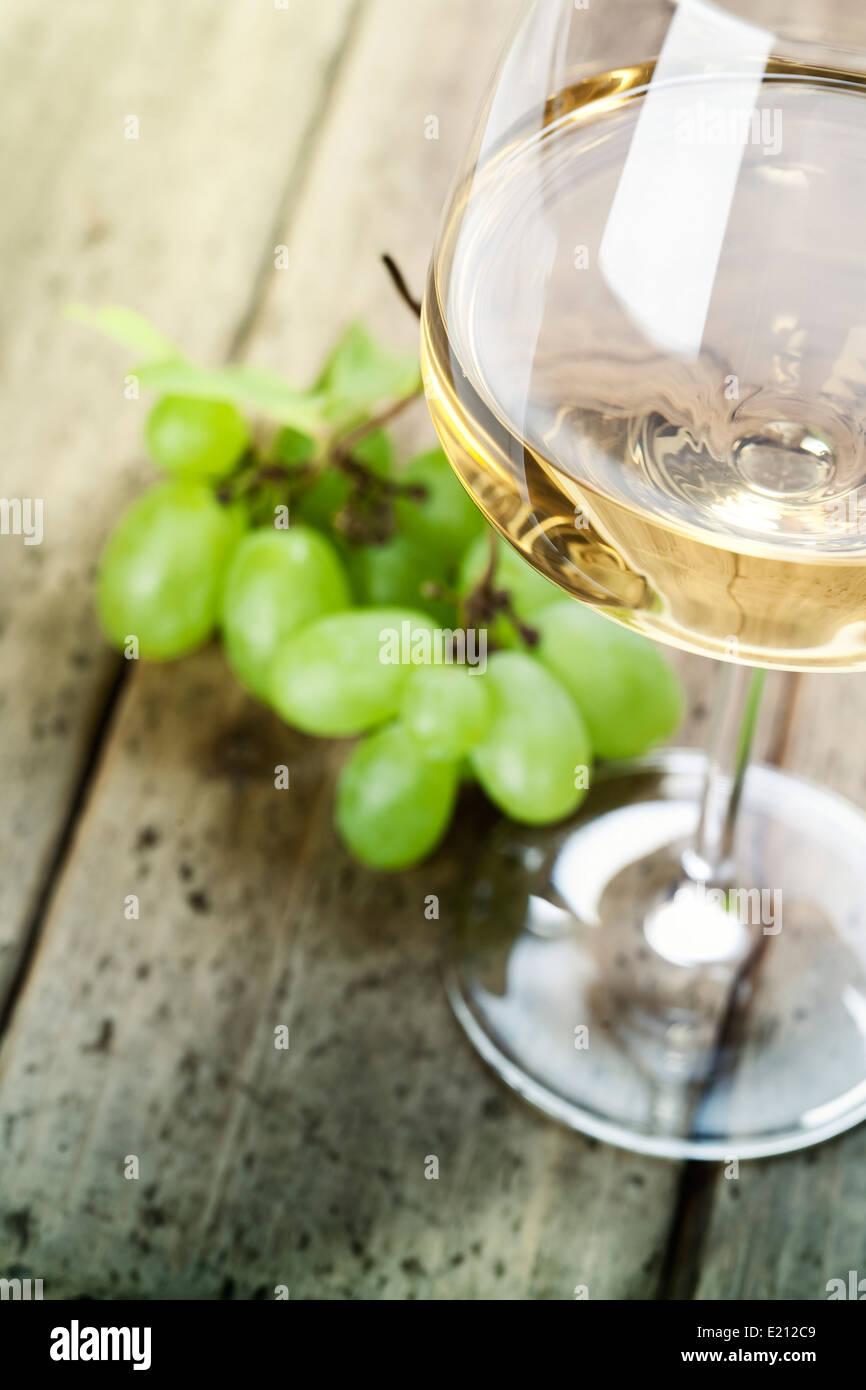 Traube und Wein auf Holztisch Stockbild