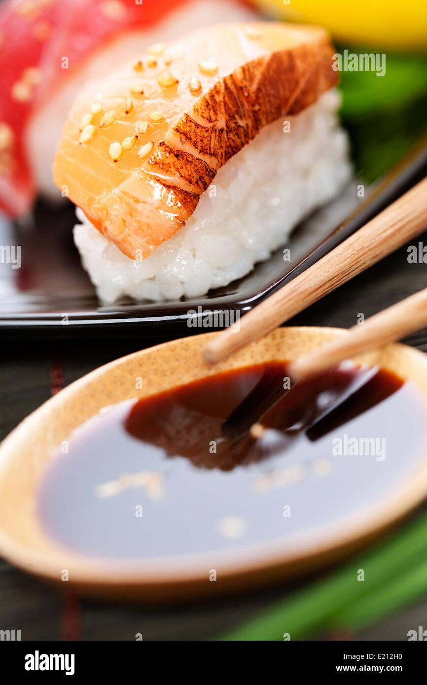 Satz von japanischen Sushi mit Stäbchen und Soja-Sause auf weißem Reis Stockbild
