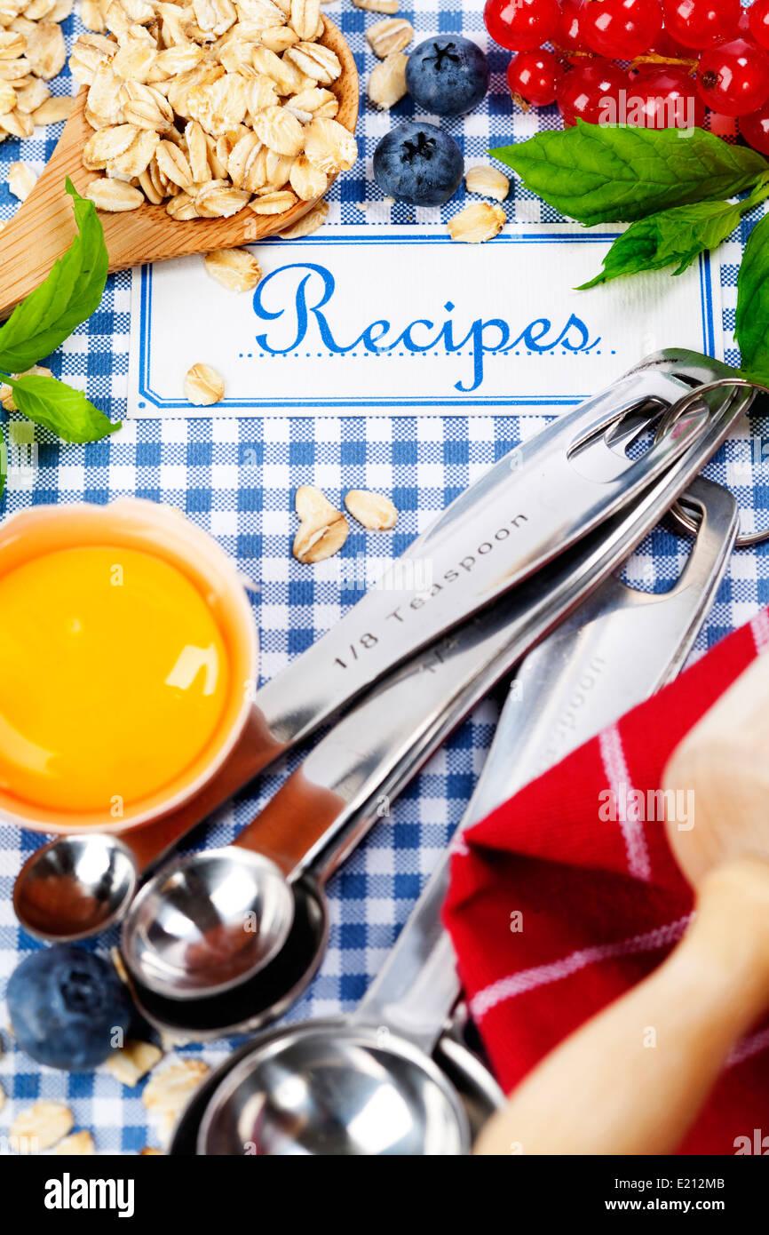 Das Buch von Rezepten und frischen Zutaten zum Kochen Stockbild