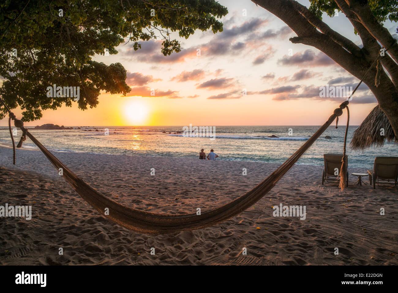 Sonnenuntergang am Strand mit Hängematte in Punta Mita, Mexiko. Stockbild