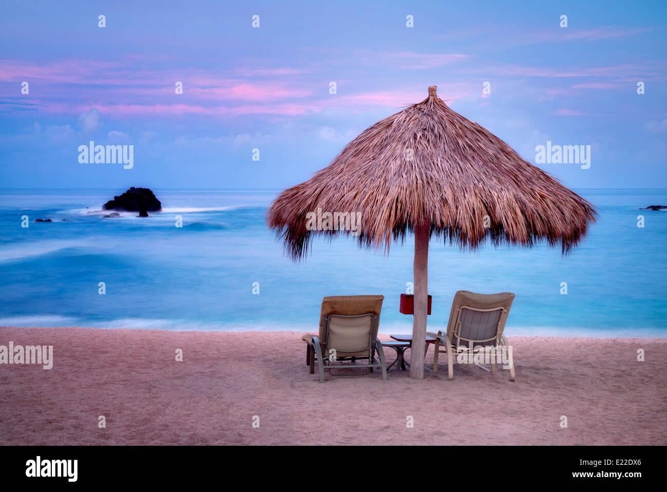 Strand und Stühle mit Sonnenaufgang im Four Seasons. Punta Mita, Mexiko. Stockbild