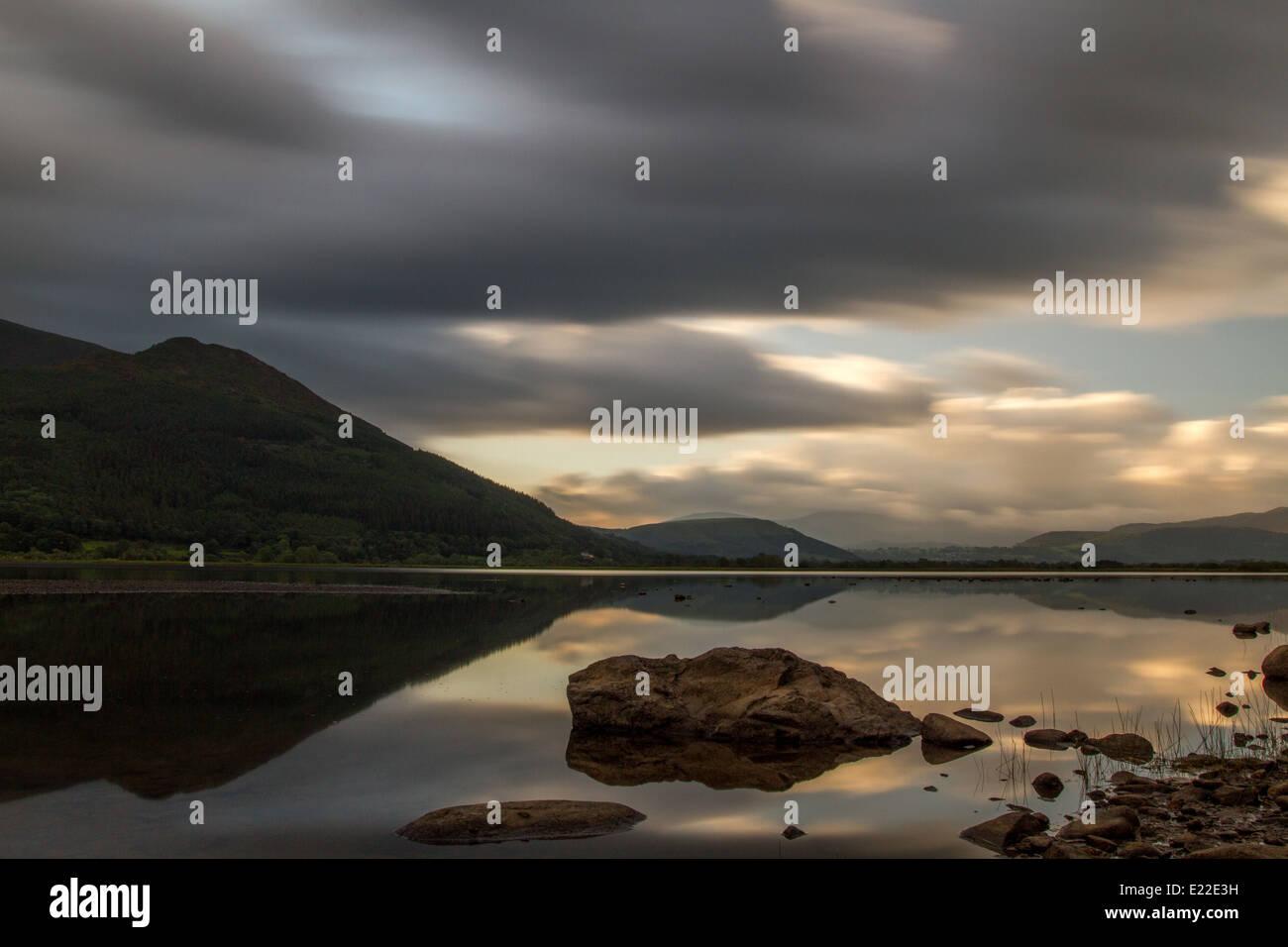 Inspirierendes Bild des Bassenthwaite Lake und Skiddaw bei Sonnenaufgang, Lake District, Großbritannien Stockbild