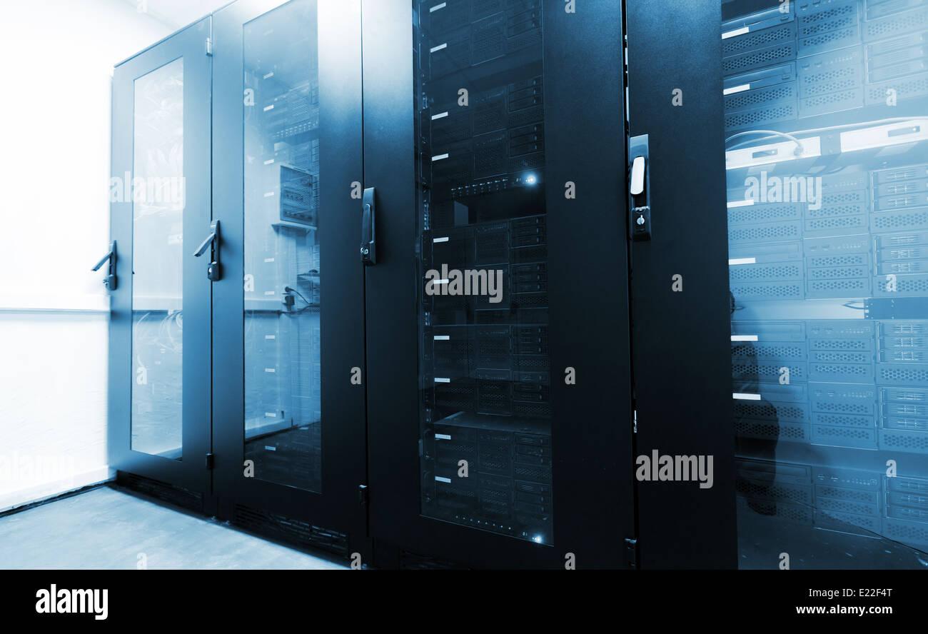 Moderne Server-Innenraum mit schwarz Computer Schränke Stockfoto ...