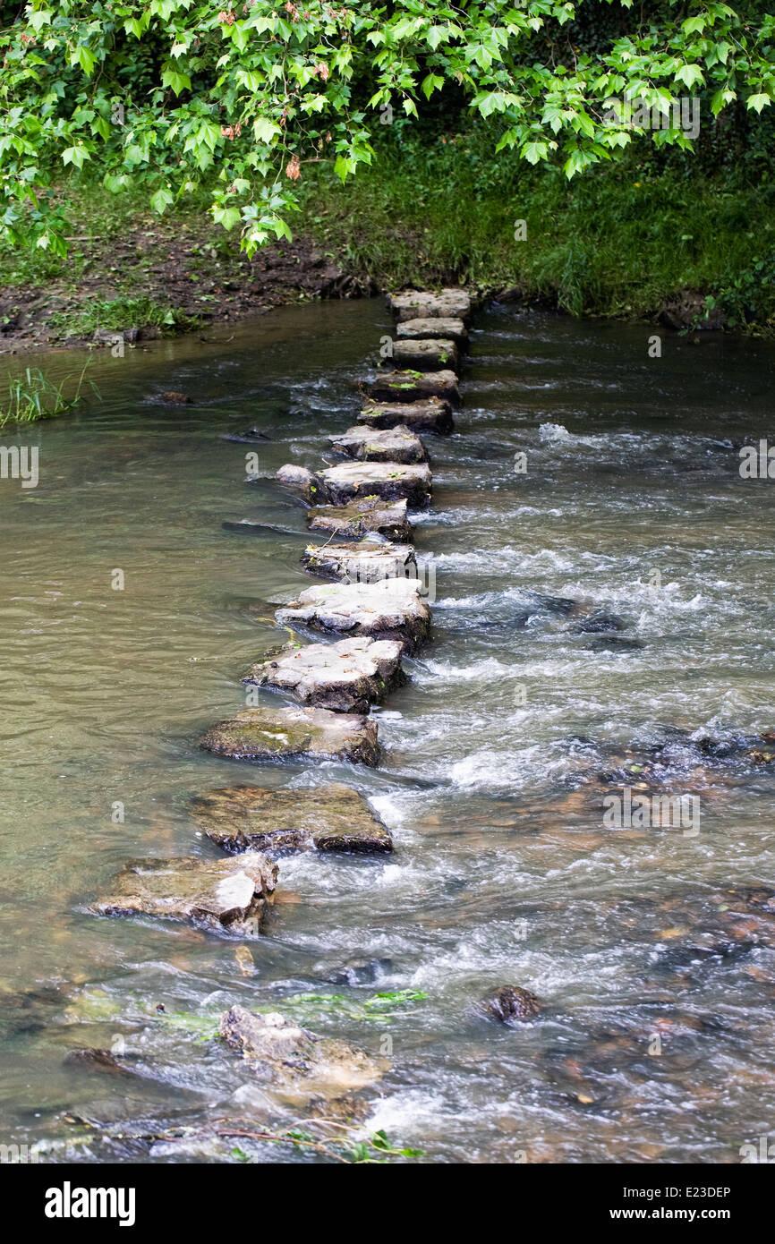 Trittsteine über einen Fluss. Stockbild