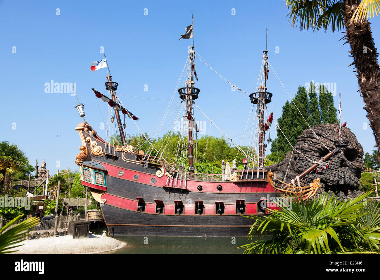piratenschiff in disneyland paris im bereich fluch der karibik stockfoto bild 70153289 alamy. Black Bedroom Furniture Sets. Home Design Ideas