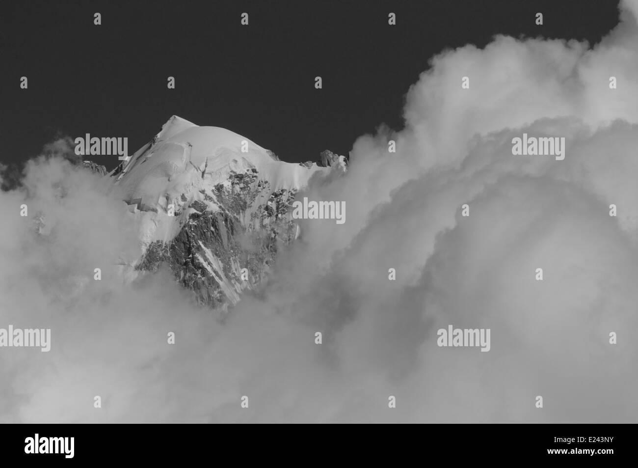 Ein Berggipfel und Wolken - die Aiguille Verte in Chamonix, Frankreich Stockbild