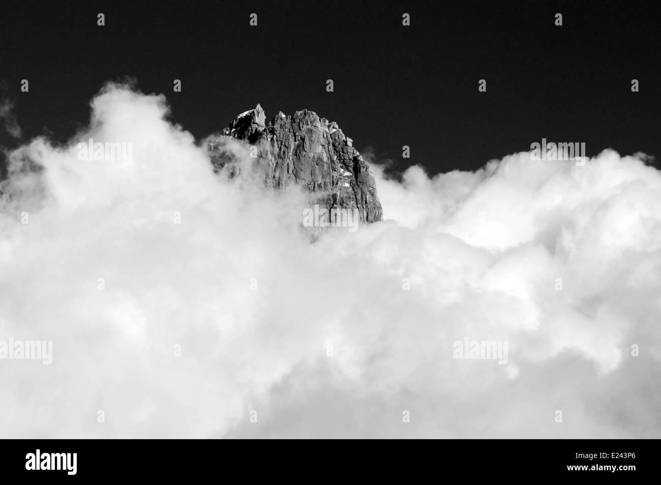 Ein Berggipfel und Wolken - die Aiguille de Dru in Chamonix, Frankreich Stockfoto