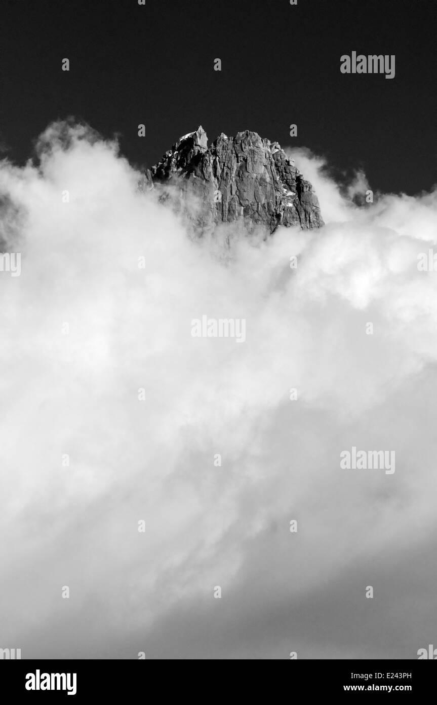 Ein Berggipfel und Wolken - die Aiguille de Dru in Chamonix, Frankreich Stockbild