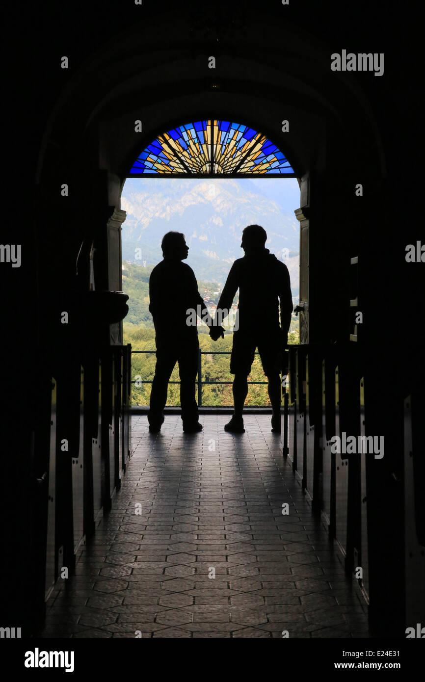 Silhouette eines schwulen Paares an den Ausgang der Kirche. Stockbild