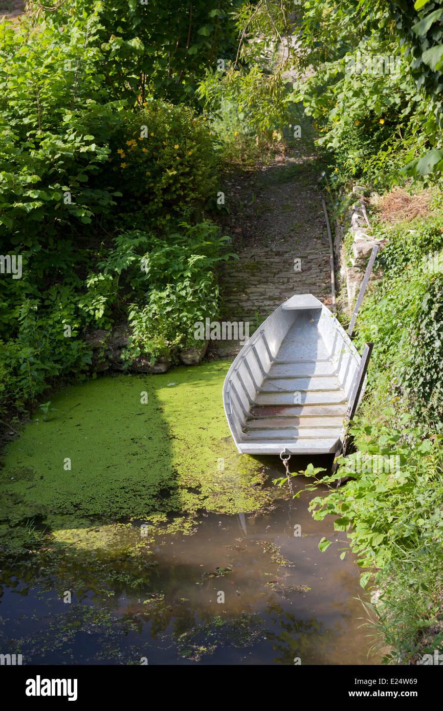 Ein Metall Punt schnell auf eine Slipanlage in die Poitevin Marsh gemacht. Viermastbark Métallique À fond Stockbild