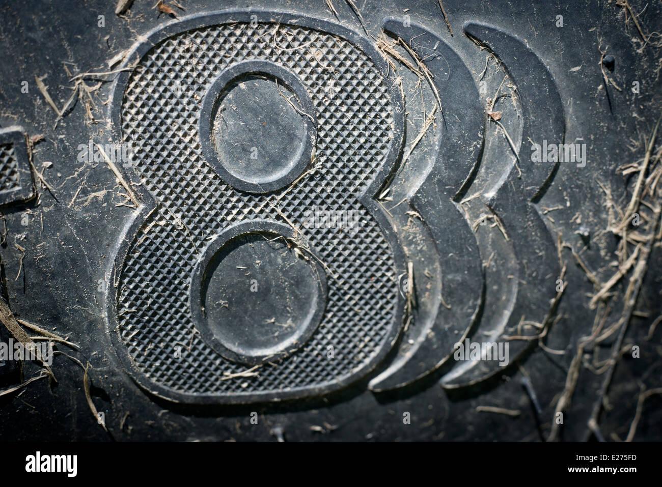 888 Glückssymbol auf einem Traktor-Reifen. Stockbild