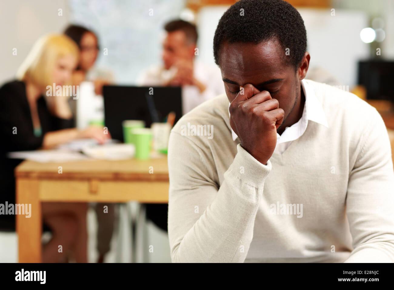 Afrikanische amerikanische Geschäftsmann müde im Büro Stockbild