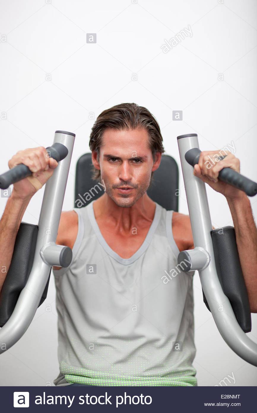 Porträt des Mannes mit Trainingsgeräten im gymnasium Stockbild