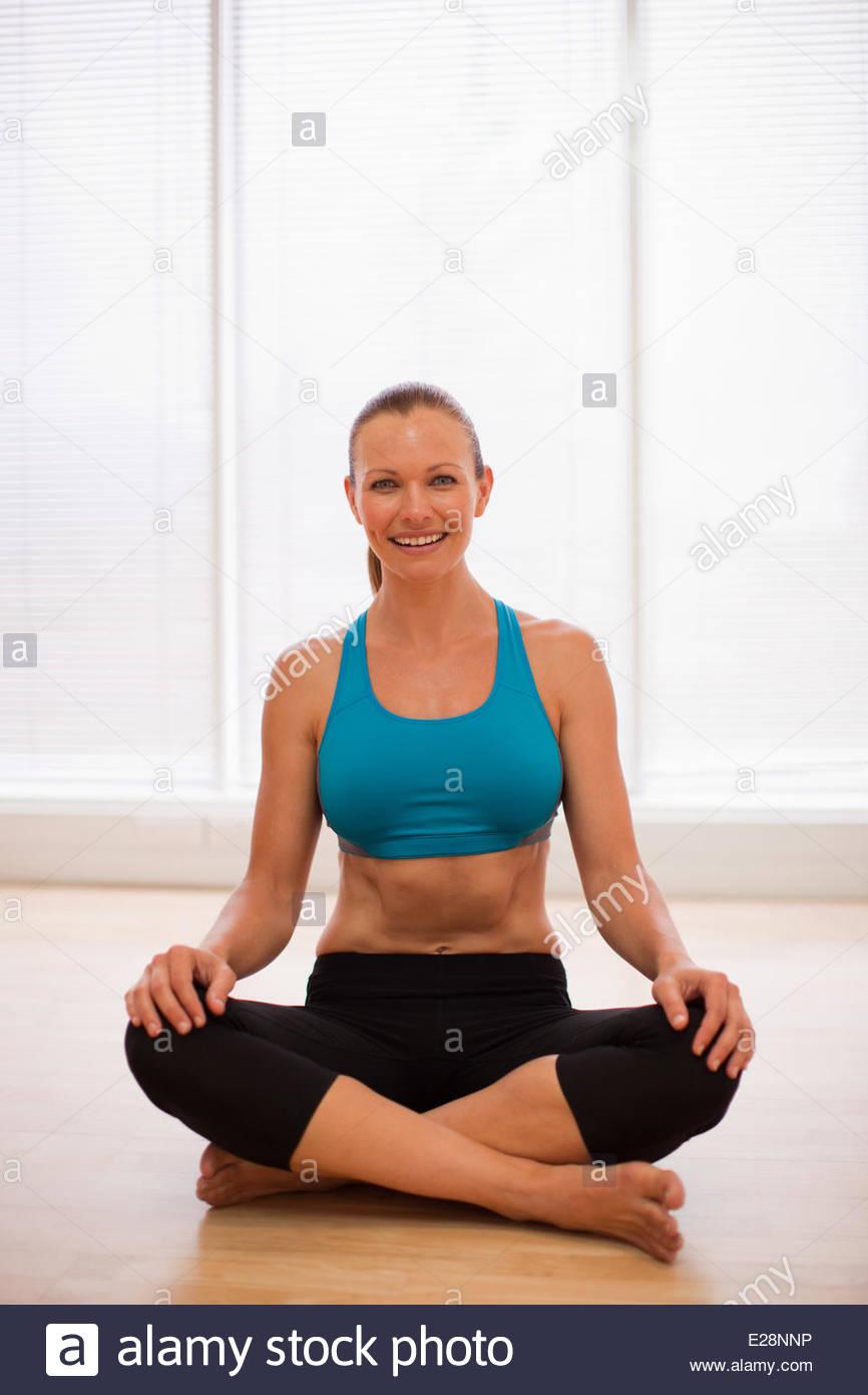 Porträt von lächelnden Frau trägt Sport-BH im Fitness-studio Stockbild