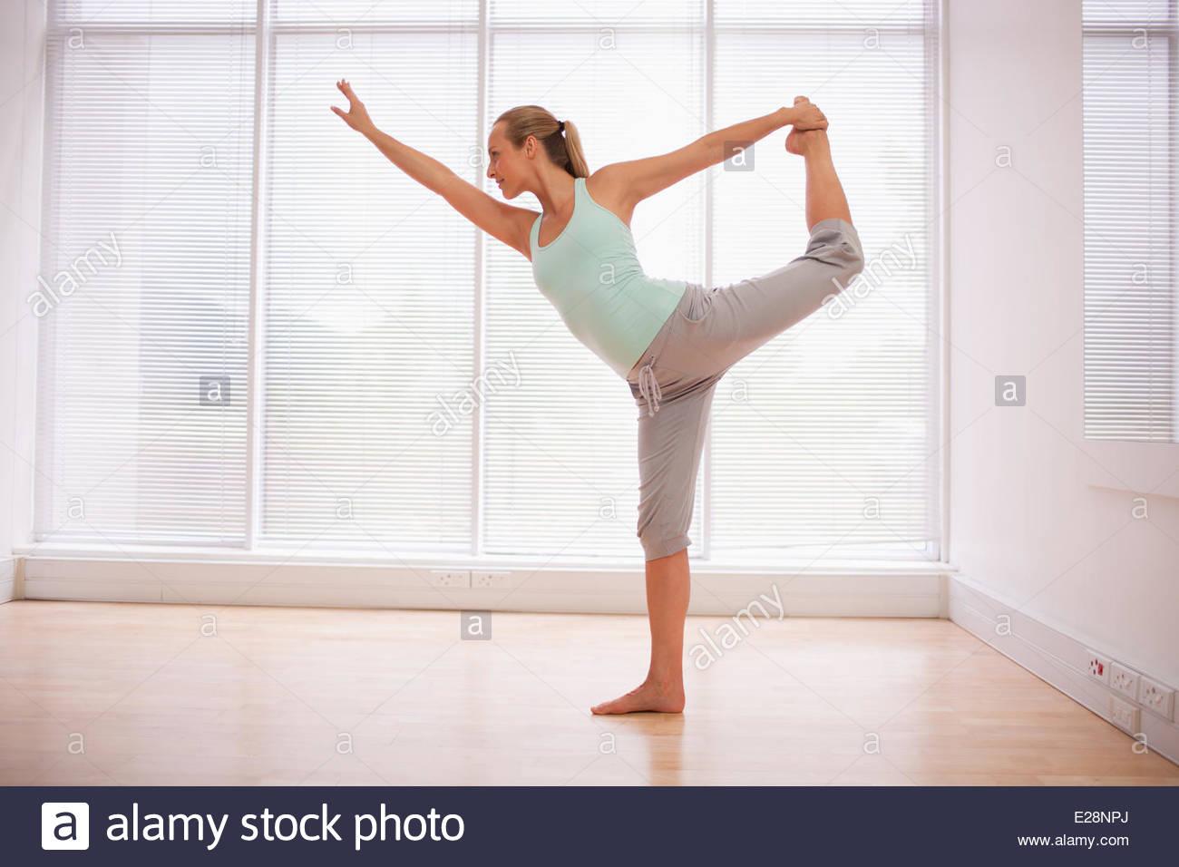 Porträt der lächelnde Frau stretching im Fitness-studio Stockbild