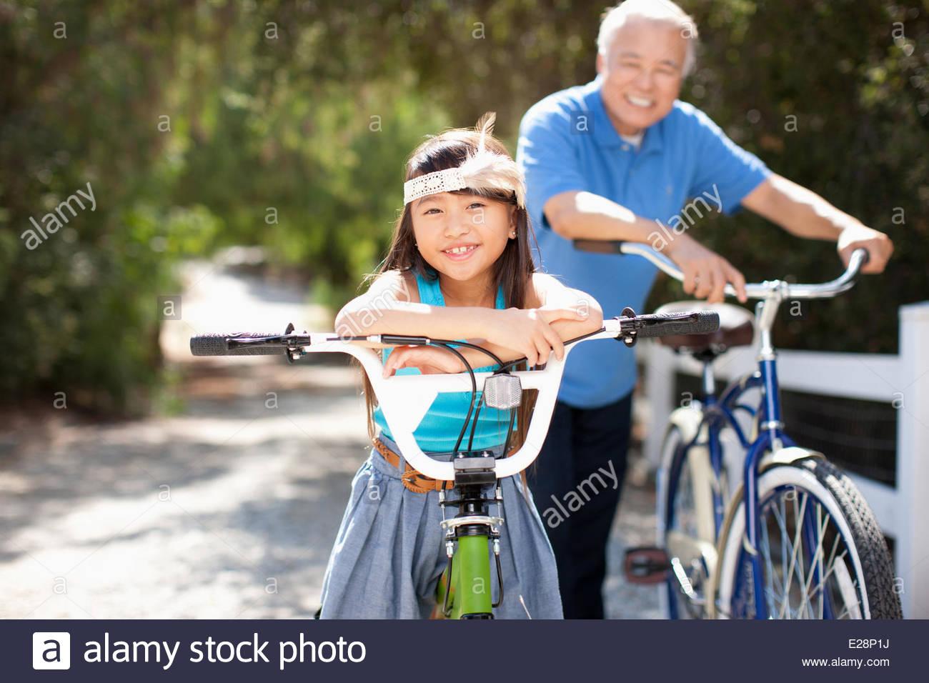Großvater und Enkelin Fahrrad im freien Stockbild