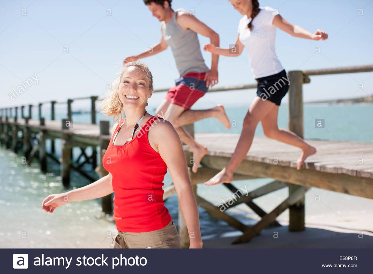 Freunde spielen am Strand Stockbild