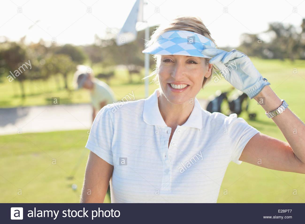 Frau stehend auf Golfplatz Stockbild