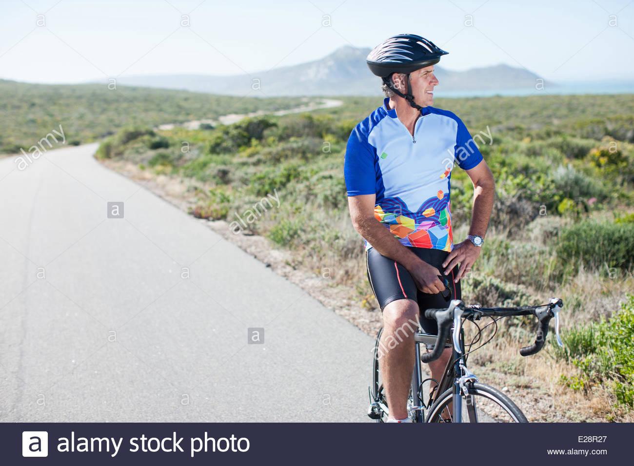 Mann im sitzen auf dem Fahrrad Helm Stockbild