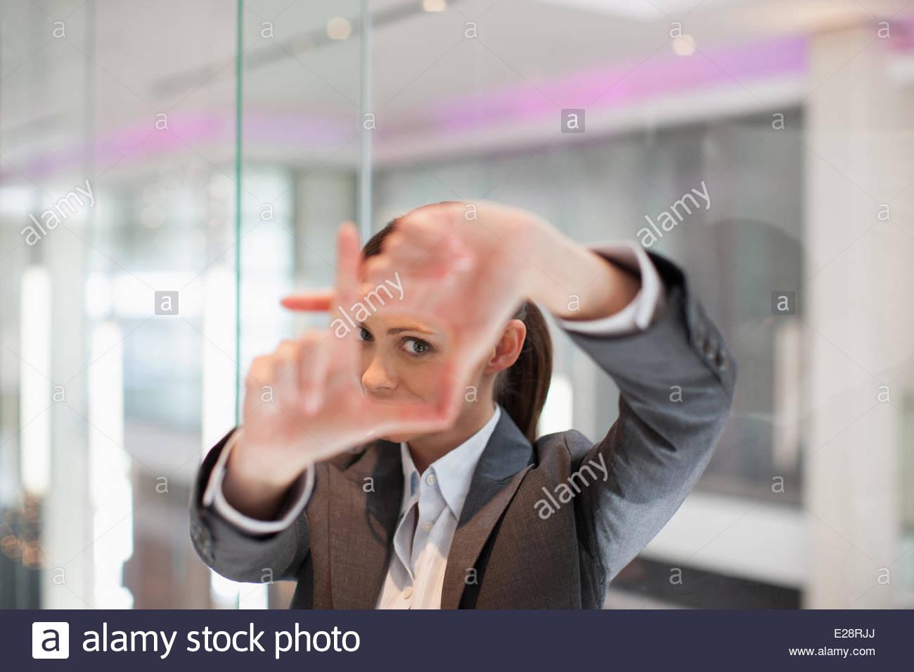 Geschäftsfrau die Rahmung Geste mit Händen Stockbild