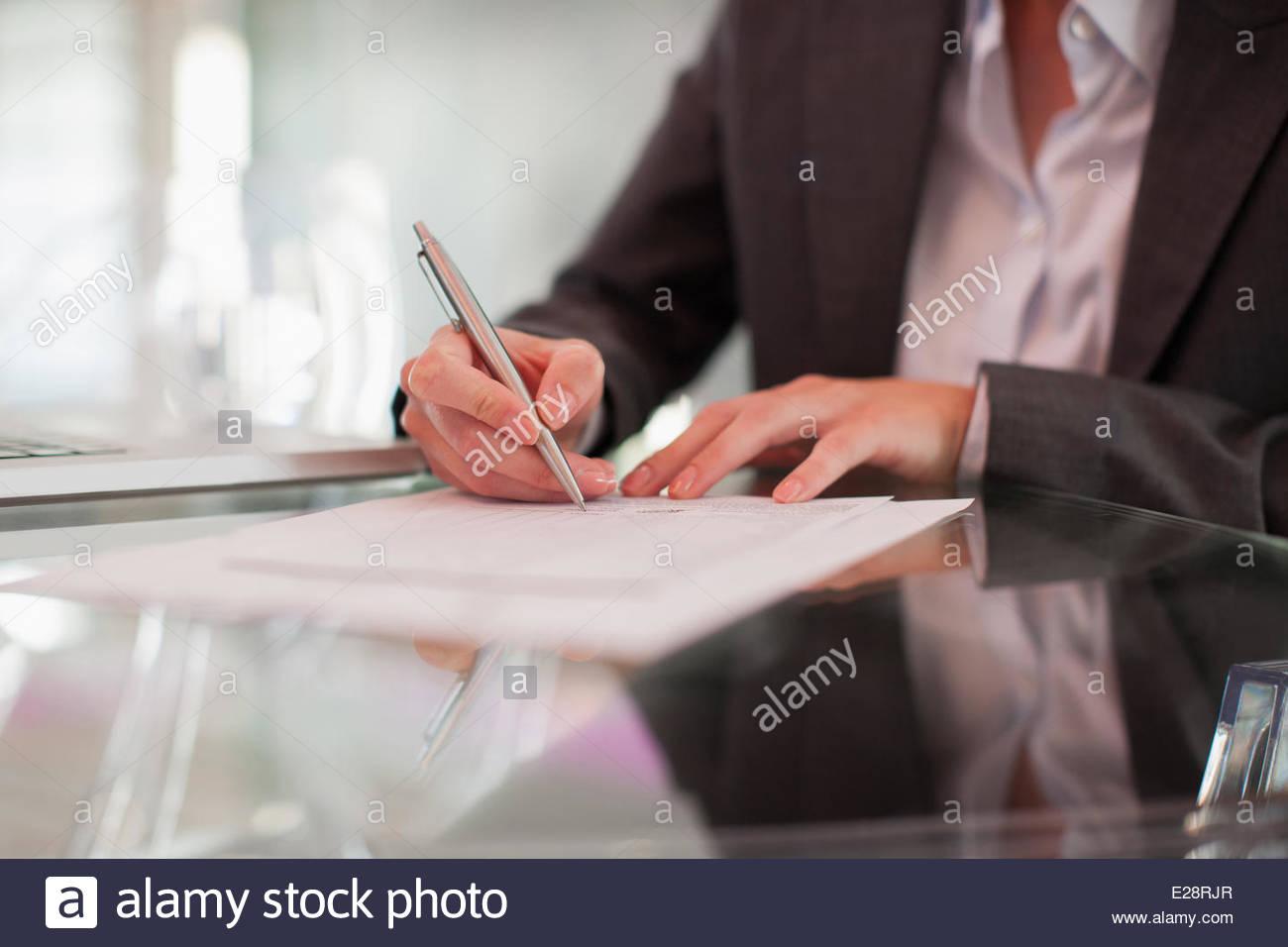 Geschäftsfrau, schreiben auf dem Papier am Schreibtisch Stockbild