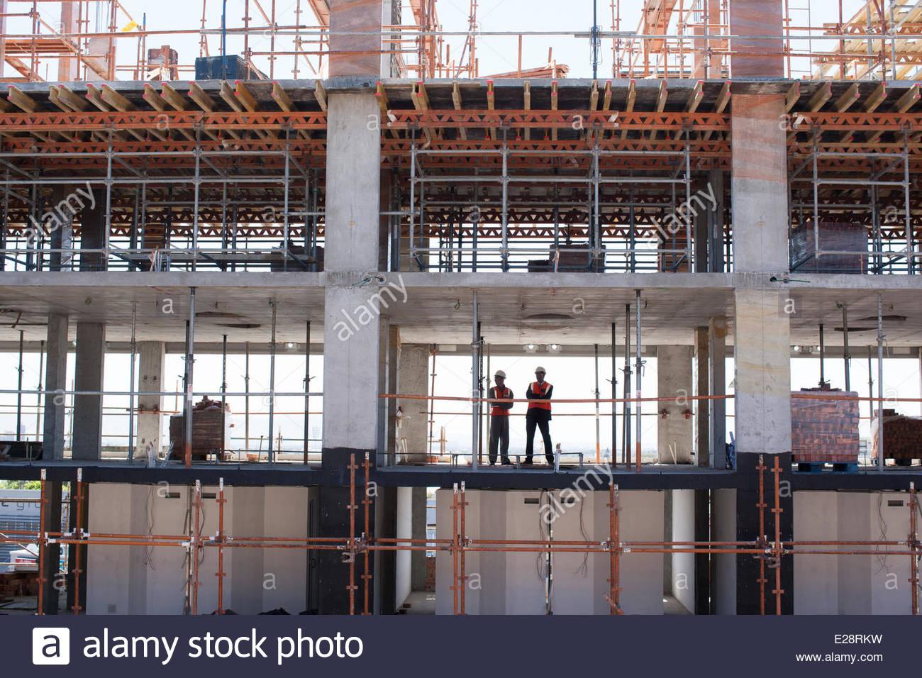 Bauarbeiter auf der Baustelle stehen Stockbild
