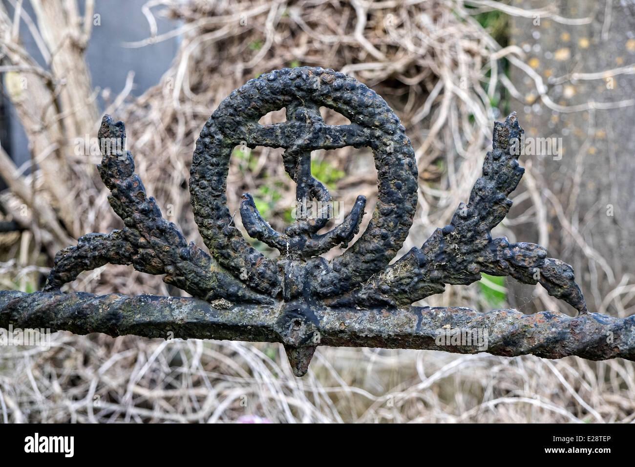 Rostige Schmiedeeisen Bild der Anker Wappen der britischen Royal Navy auf einem Grab in Mornington, co. Louth, Irland Stockbild