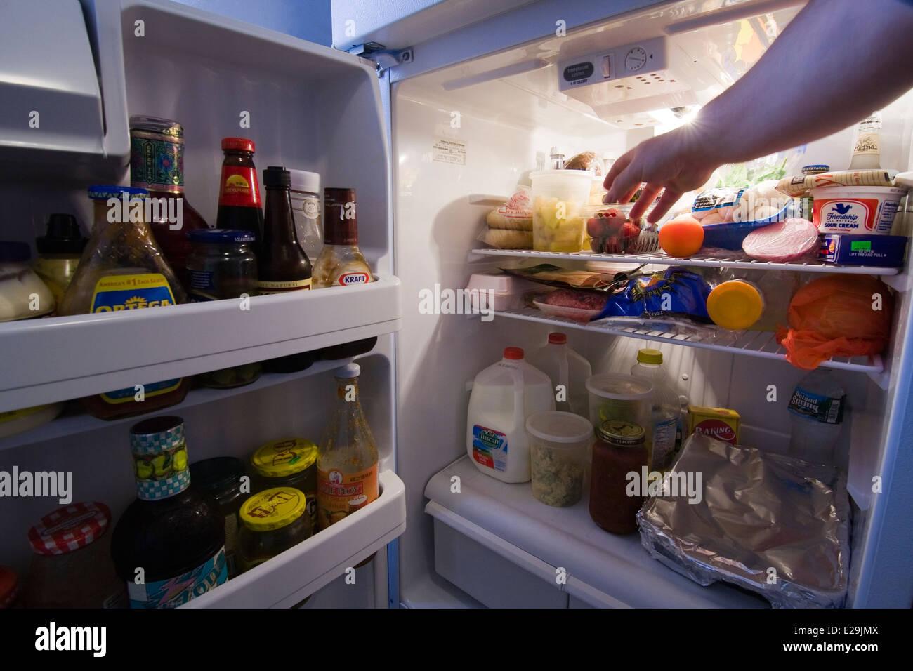Kühlschrank Licht : Tür zu einem kühlschrank offen mit licht zeigt inhalt wie eines