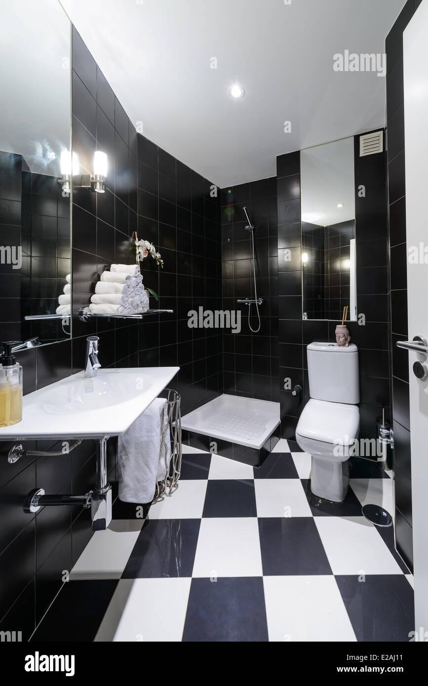 Modernes Bad mit schwarzen Fliesen Stockfoto, Bild: 70304445 - Alamy